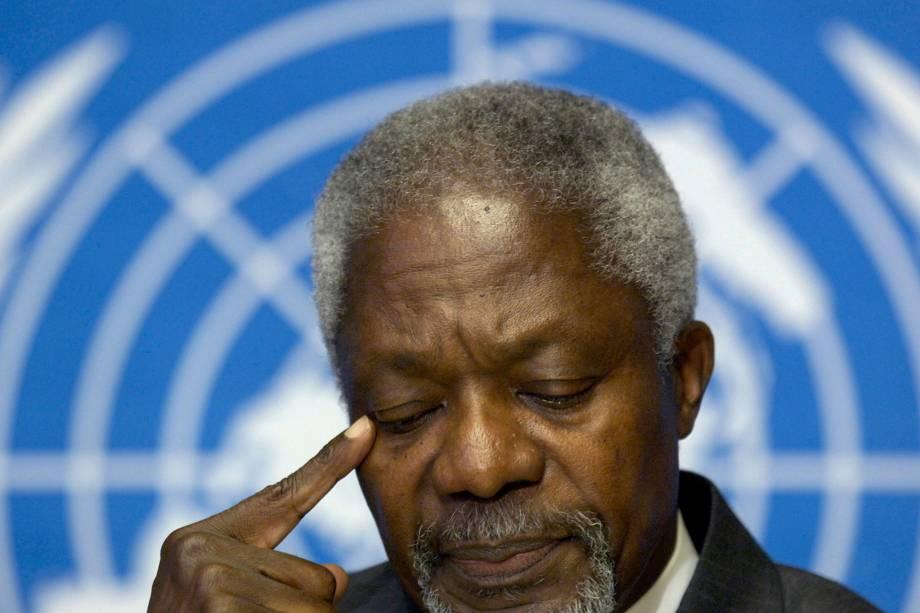 O então secretário Geral da Onu, Kofi Annan, gesticula durante coletiva de imprensa na sede europeia das Nações Unidas em Genebra, Suíça, em outubro de 2005