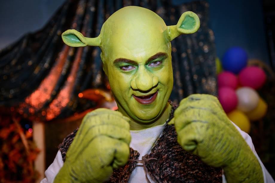 O governador da Baviera, Markus Söder se veste com roupa do personagem 'Shrek', durante a celebração do Carnaval em Wurtzburgo, na Alemanha - 21/02/2014