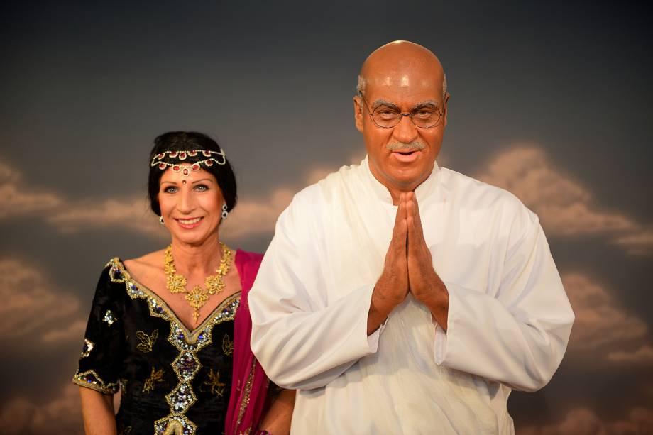 O governador da Baviera, Markus Soder, posa para foto vestido como o ativista indiano Mahatma Gandhi, ao lado de sua esposa Karin Baumueller-Soeder, durante a celebração do Carnaval em Veitshoechheim, na Alemanha - 06/02/2015