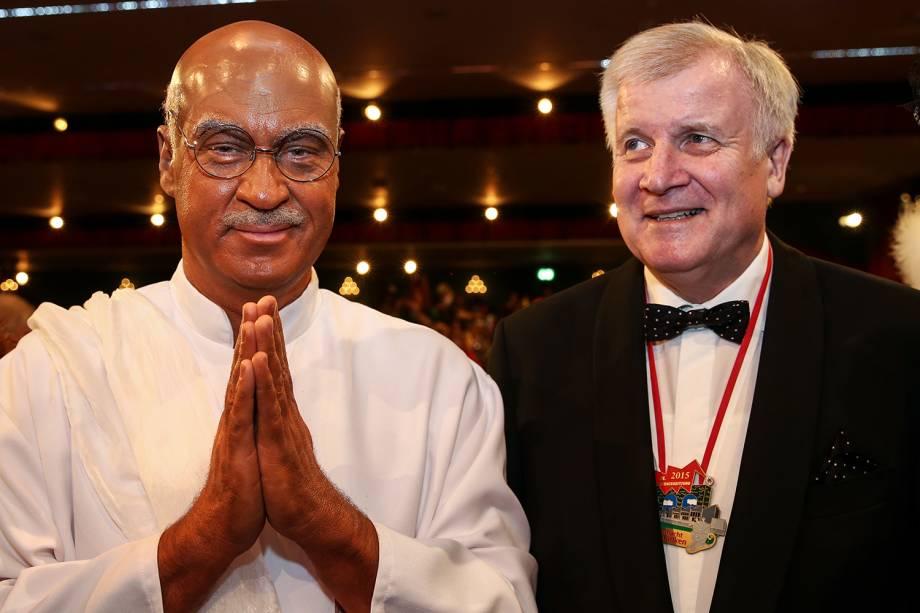 O governador da Baviera, Markus Söder (esq), se veste como o líder indiano Mahatma Gandhi, durante celebração do Carnaval em Veitshöchheim, na Alemanha - 06/02/2015