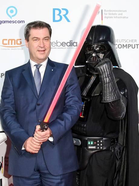 O governador da Baviera, Markus Söder, posa para foto com cosplayer do personagem de Star Wars, Darth Vader, durante feita de games em Munique, na Alemanha - 10/04/2018