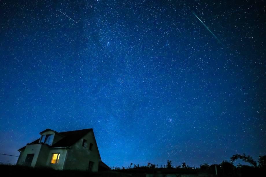 Chuva de meteoros Perseidas é vista sobre a aldeia de Klinovka, distrito de Simferopol, na Rússia - 12/08/2018