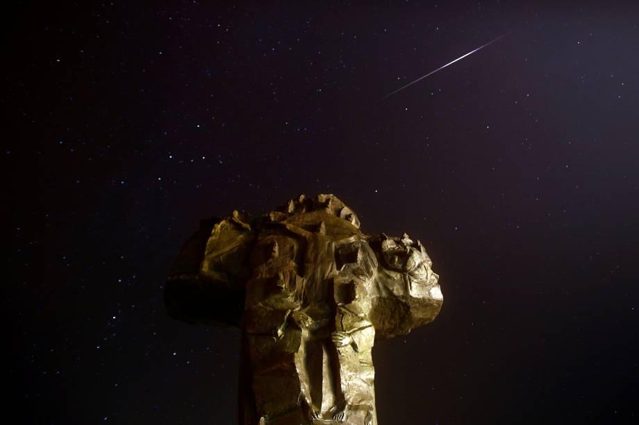 Meteoro cruza o céu sobre um cruzeiro nos arredores do mosteiro franciscano Rama-Scit, durante o pico da chuva de meteoros Perseidas em Prozor, na Bósnia e Herzegovina - 13/08/2018