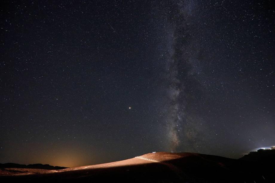 Meteoro cruza o céu no início da manhã durante a chuva de meteoros Perseidas na cratera de Ramon, perto da cidade de Mitzpe Ramon, no sul de Israel - 13/08/2018