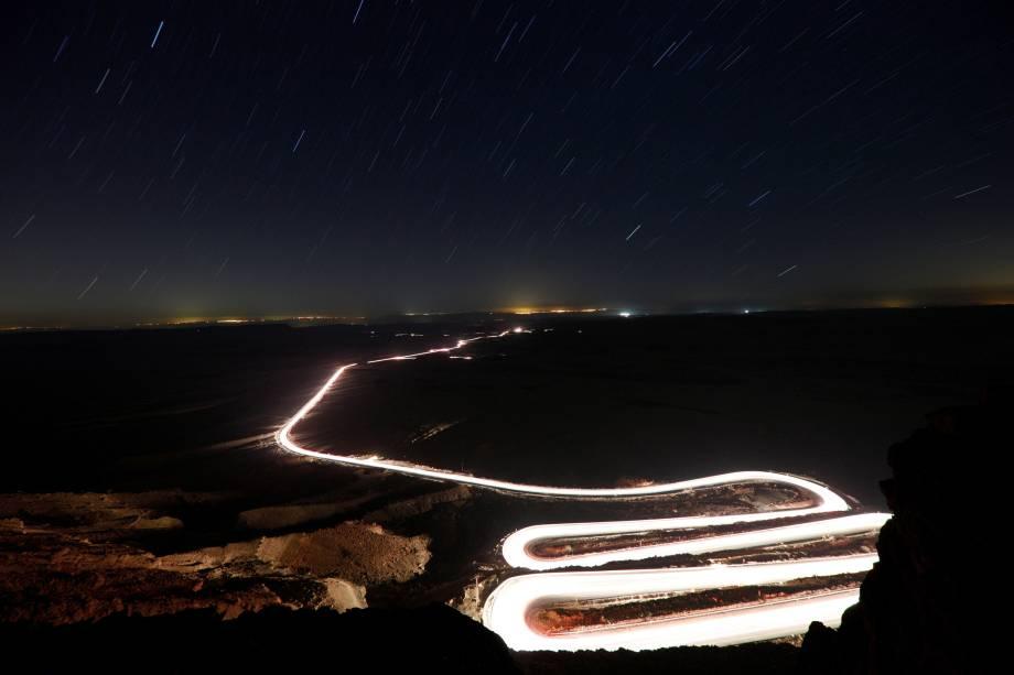 Carros passam pela cratera de Ramon durante a chuva de meteoros Perseidas perto da cidade de Mitzpe Ramon, no sul de Israel - 13/08/2018
