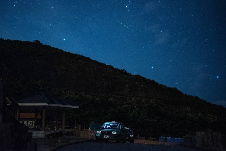Meteoro cruza o céu durante a chuva anual de meteoros Perseidas na represa leste do High Island Reservoir, em Hong Kong - 13/08/2018