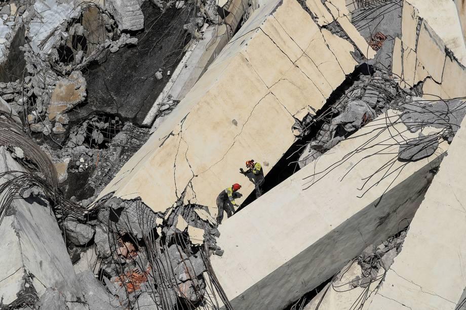 Equipes de resgate procuram vítimas entre os escombros de ponte que desabou em Gênova, na Itália - 14/08/2018