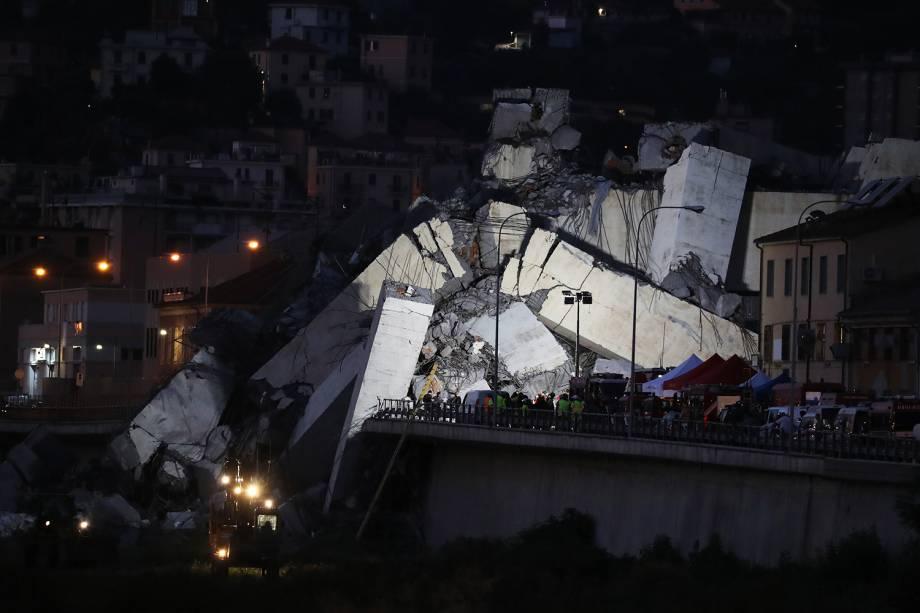Equipes de resgate procuram possíveis vítimas entre os escombros de ponte que desabou em Gênova, na Itália - 14/08/2018