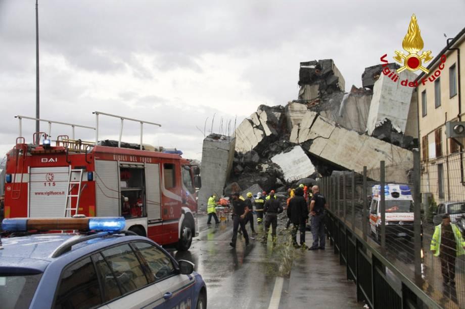 Imagem divulgada pelos bombeiros italianos mostra os escombros da ponte Morandi após desabamento na cidade portuária de Gênova - 14/08/2018
