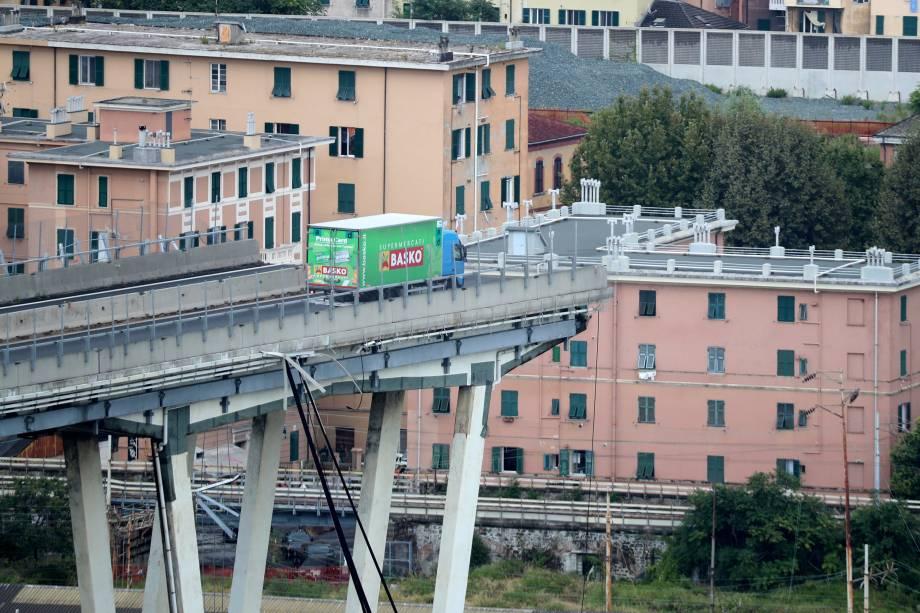 Caminhão fica parado próximo ao local do desabamento da ponte Morandi em Gênova, na Itália - 14/08/2018