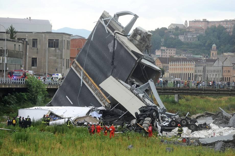 Equipes de resgate vasculham os escombros à procura de vítimas, depois que parte da ponte Morandi desmoronou sobre a cidade de Gênova, na Itália - 14/08/2018