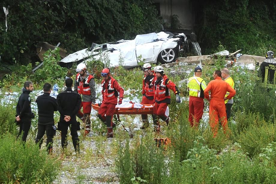 Equipes de resgate retiram um corpo dos escombros da Ponte Morandi que entrou em colapso na cidade portuária de Gênova, na Itália - 14/08/2018