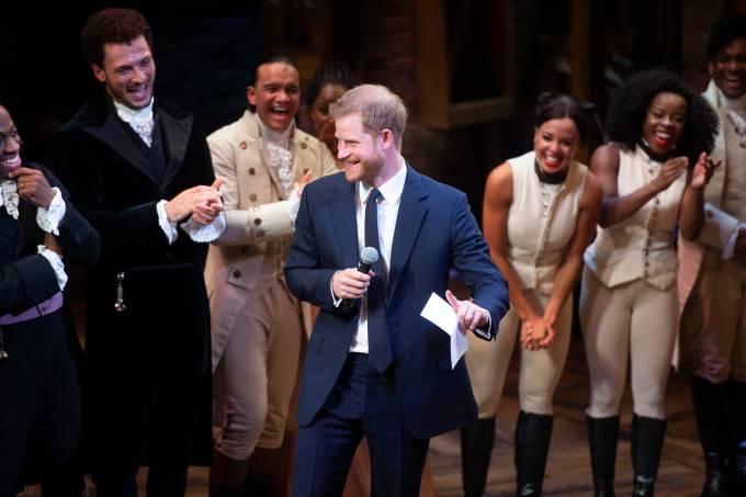 Príncipe Harry e Meghan Markle visitam elenco de Hamilton
