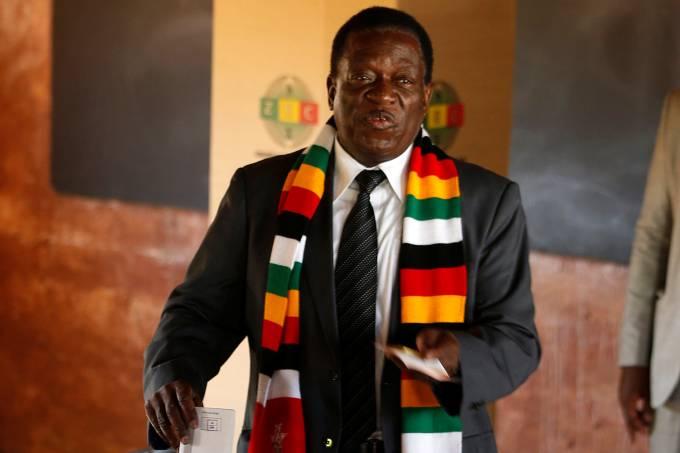 Presidente do Zimbábue Emmerson Mnangagwa vota em Kwekwe