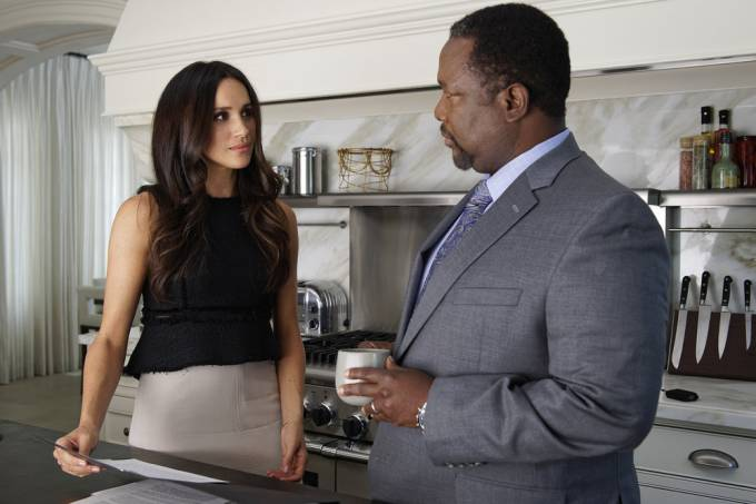 Meghan Markle como Rachel e Wendell Pierce como Robert na série 'Suits'