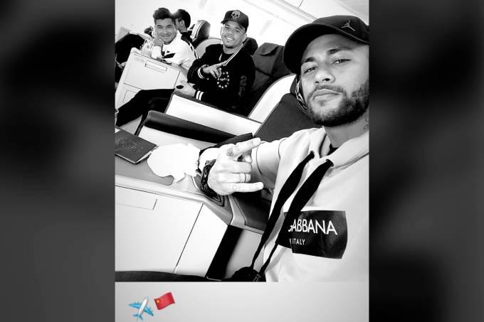 Com parças, Neymar viaja à China