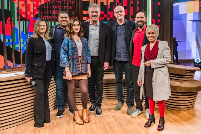 Maisa Silva com seus pais, Pedro Bial, Aly Muritiba, Daniel Becker e Brenda Fucuta no 'Conversa com Bial'
