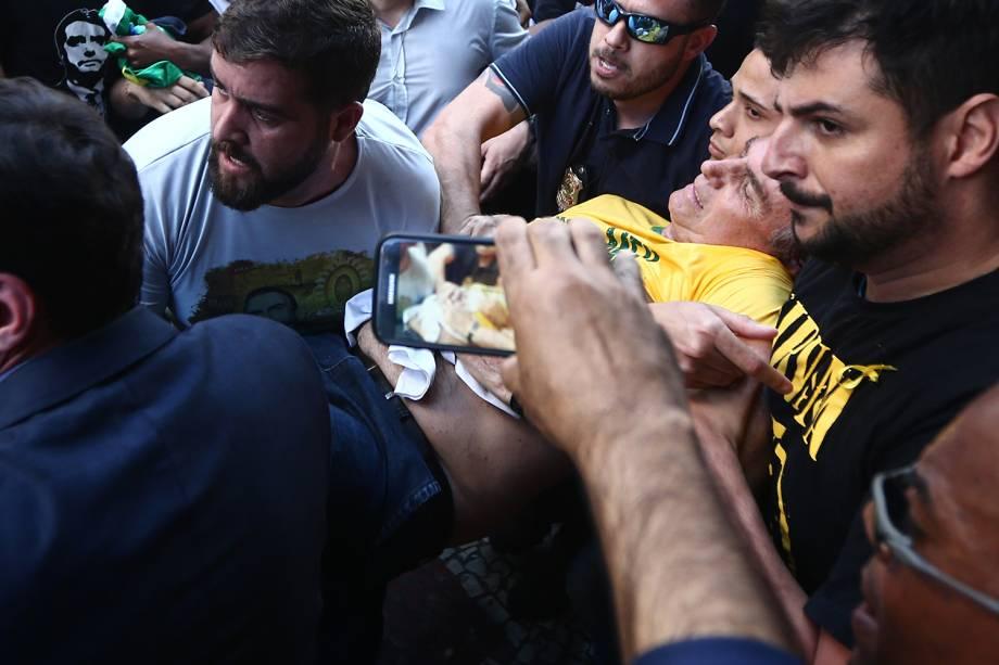 """<span style=""""font-weight:400;"""">Em 6 de setembro, Bolsonaro foi esfaqueado na barriga durante ato de campanha em Juiz de Fora (MG), por um homem que planejou o ataque por conta própria, segundo a Polícia Federal, motivado por inconformismo político. Ele passou por duas cirurgias. Seus boletins médicos eram noticiados diariamente. Transferido para o Hospital Albert Einstein, em São Paulo, em 7 de setembro, ele recebeu alta em 29 de setembro.</span>"""