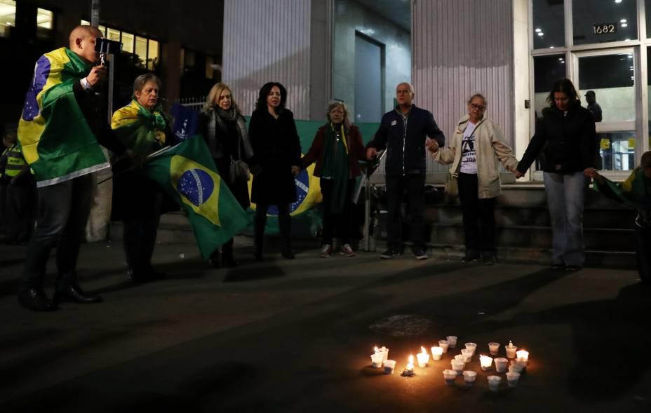 Manifestantes rezam a luz de velas na Avenida Paulista, em São Paulo, em homenagem ao presidenciável Jair Bolsonaro, após seu processo operatório na Santa Casa depois que foi atingido com uma faca durante a campanha política - 06/09/2018