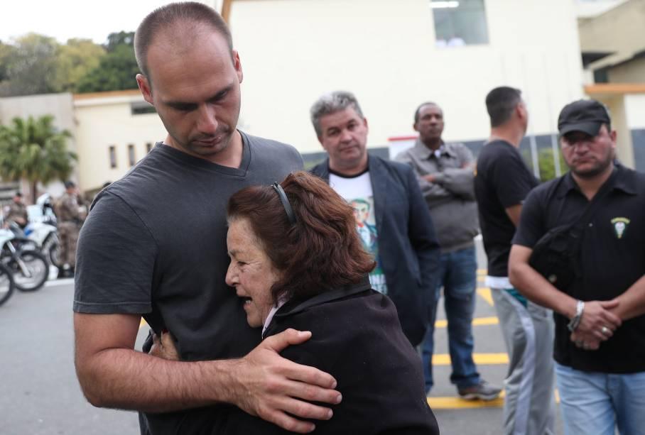 Eduardo Bolsonaro, filho do candidato presidencial Jair Bolsonaro, é recebido por uma apoiadora durante sua chegada ao hospital da Santa Casa, onde seu pai foi hospitalizado após ser esfaqueado em Juiz de Fora, Minas Gerais - 06/09/2018