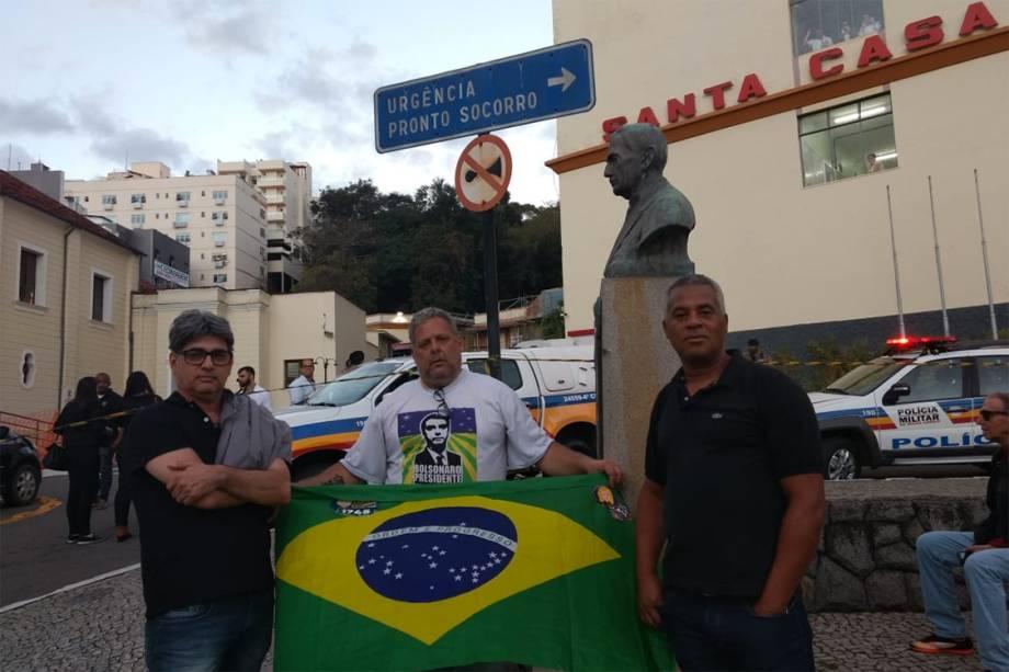 Manifestantes aguardam do lado de fora da Santa Casa de Misericórdia em Juiz de Fora, Minas Gerais, onde se encontra em procedimento operatório, o candidato à presidência, Jair Bolsonaro - 06/09/2018
