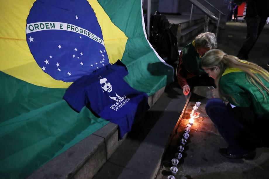 Apoiadores do candidato à Presidência da República, Jair Bolsonaro (PSL), acendem velas na Avenida Paulista, em São Paulo (SP),  após o presidenciável ter sido esfaqueado - 06/09/2018