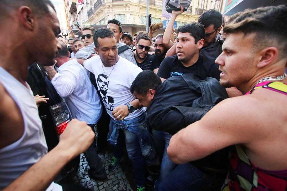 Apoiadores do candidato Jair Bolsonaro (PSL), cercam homem acusado de esfaquear o presidenciável, na cidade de Juiz de Fora (MG) - 06/09/2018