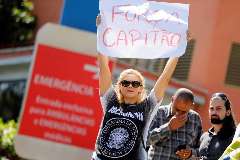 Apoiadora de Jair Bolsonaro exibe cartaz escrito 'Força Capitão', após o presidenciável ser transferido para o Hospital Albert Einstein, em São Paulo (SP) - 07/09/2018