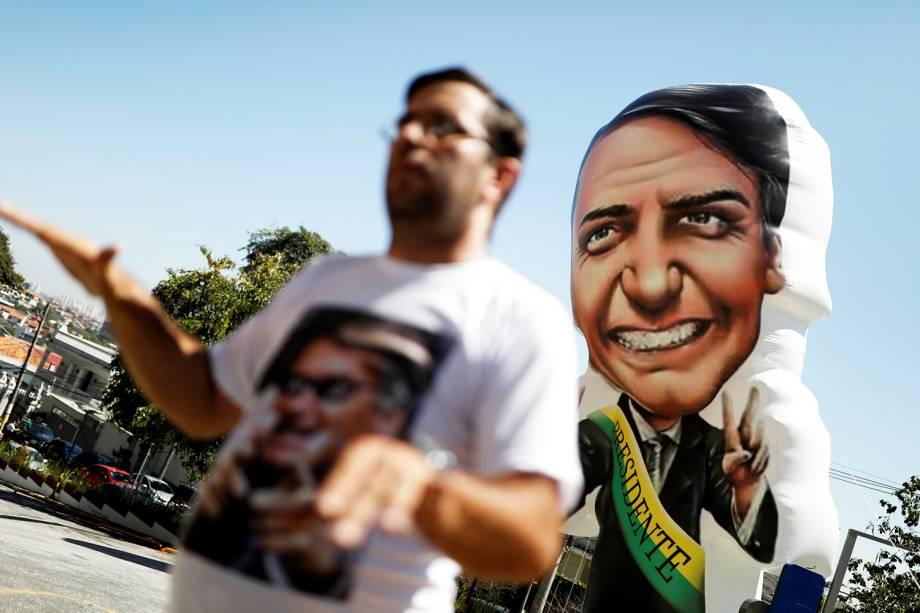 Apoiador de Jair Bolsonaro é visto nos arredores do Hospital Albert Einstein, em São Paulo (SP), após o presidenciável ser esfaqueado em Juiz de Fora (MG), operado e transferido para a capital paulista - 07/09/2018