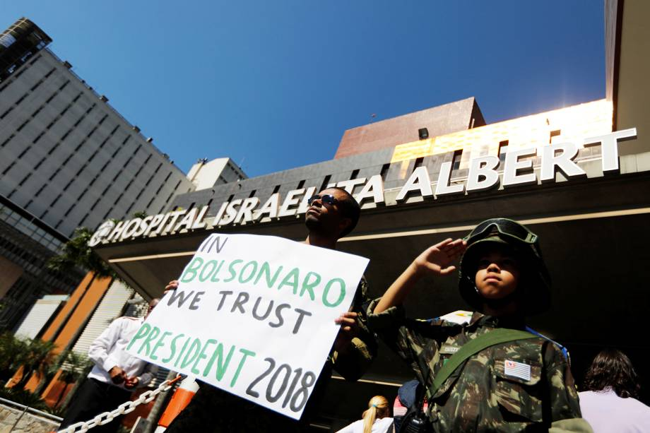 Apoiadores do candidato à Presidência da República, Jair Bolsonaro (PSL), são vistos na frente do Hospital Albert Einstein, em São Paulo (SP) - 07/09/2018