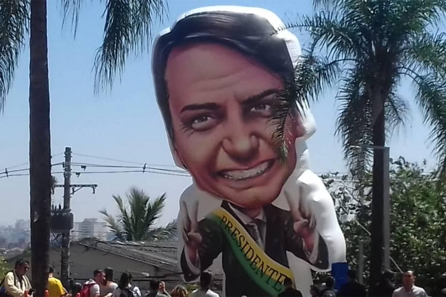 Boneco do candidato à presidência Jair Bolsonaro, é inflado por apoiadores em frente ao hospital Albert Einstein, em São Paulo - 07/09/2018