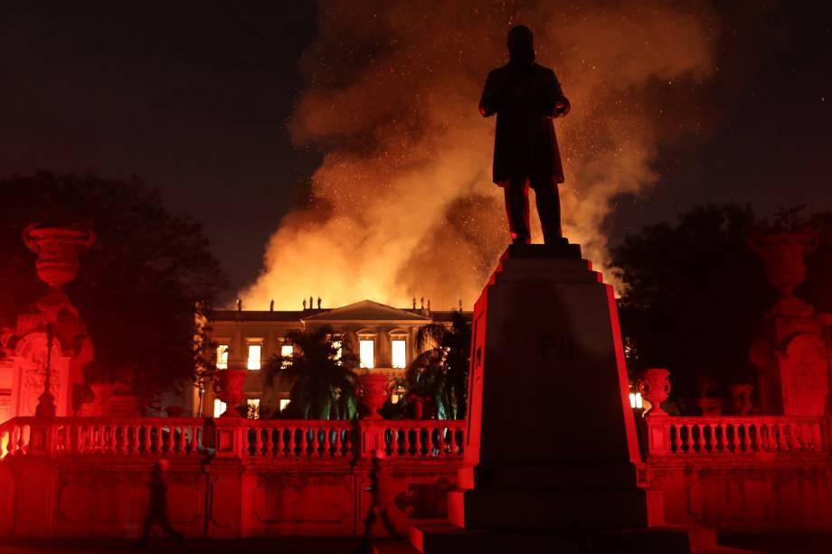 Bombeiros tentam extinguir um incêndio de grandes proporções no Museu Nacional do Brasil no Rio de Janeiro - 02/09/2018
