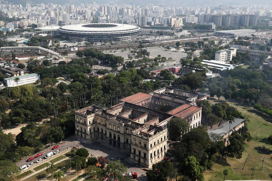 Vista aérea mostra o Museu Nacional, no Rio de Janeiro (RJ), após incêndio. Ao fundo , o Estádio do Maracanã - 03/09/2018