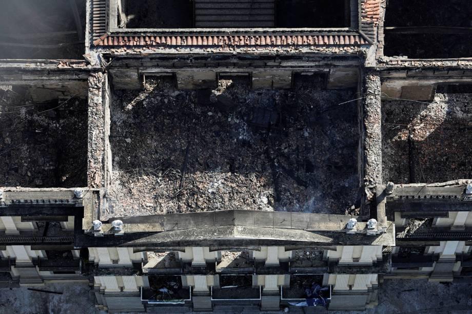 Imagem registrada por drone mostra repartição do Museu Nacional destruída após incêndio - 03/09/2018