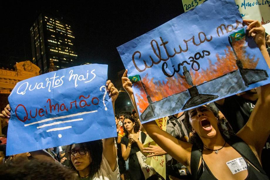 Manifestantes protestam na região da Cinelândia, no Rio de Janeiro (RJ), em defesa do Museu Nacional e outros prédios públicos usados como arquivos, bibliotecas e outros espaços de memória - 03/09/2018