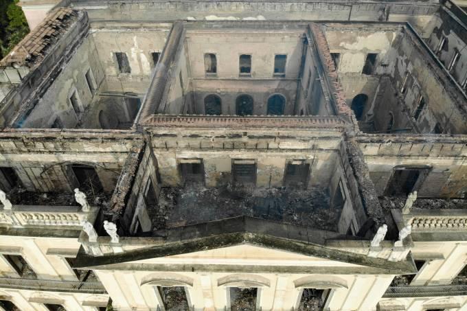 Bombeiros controlam incêndio no Museu Nacional