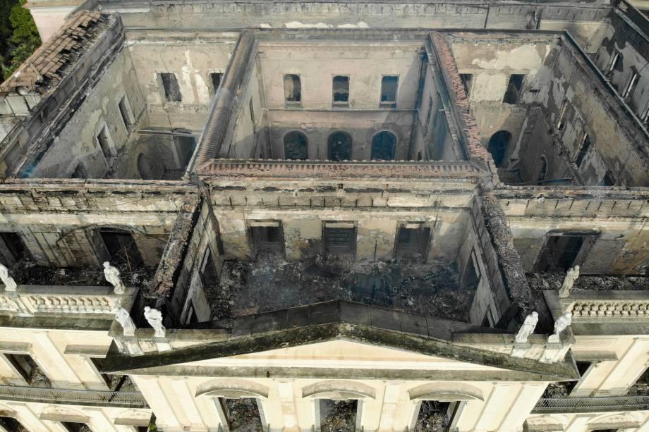 Após mais de 6h, bombeiros controlam incêndio no Museu Nacional, na Quinta da Boa Vista, na zona norte do Rio, nesta segunda-feira. Mais antigo do país, museu tem 20 milhões de itens e apresentava problemas de manutenção - 03/09/2018