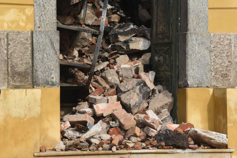 Após mais de 6 h, bombeiros controlam incêndio no Museu Nacional, na Quinta da Boa Vista, na zona norte do Rio, nesta segunda-feira (3). Mais antigo do país, museu tem 20 milhões de itens e apresentava problemas de manutenção. (Foto: