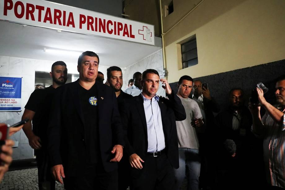 Flávio Bolsonaro, filho do candidato à Presidência da República, Jair Bolsonaro (PSL), após visita ao presidenciável na Santa Casa de Juiz de Fora (MG) - 06/09/2018