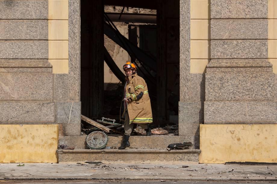 Bombeiro trabalha após incêndio no Museu Nacional no Rio de Janeiro - 03/09/2018