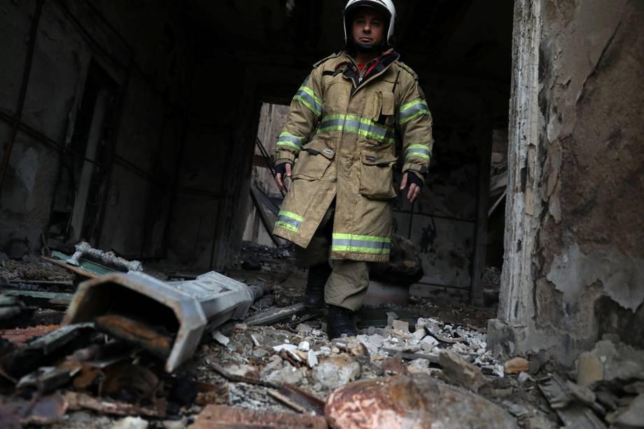 Bombeiro caminha por detritos do Museu Nacional no Rio de Janeiro - 03/09/2018