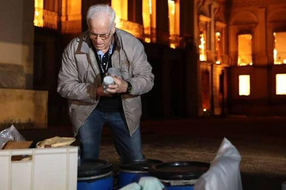 Funcionários do Museu Nacional tentam salvar parte do acervo e equipamentos de incêndio - 03/09/2018