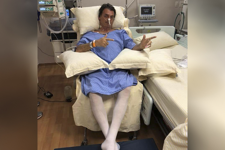 Imagem divulgada por Flávio Bolsonaro, mostra Jair Bolsonaro sentado pela primeira vez - 08/09/2018