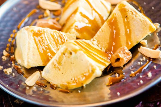 Kulfi: sorveteindiano típico, decorado com calda e castanha – Swadisht – Ctb