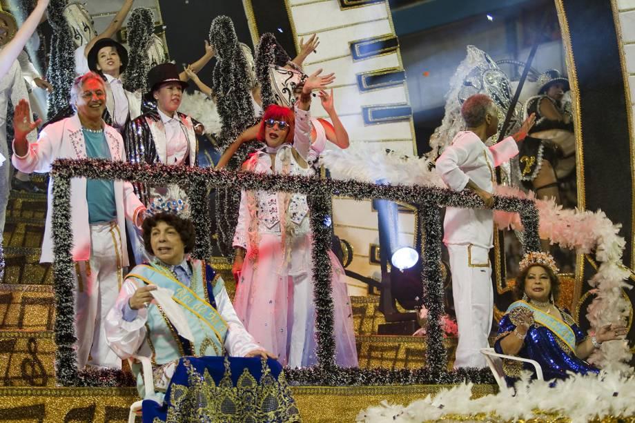 """De pé da esq. para dir., os cantores Caetano Veloso, Rita Lee e Gilberto Gil, e sentados Cauby Peixoto e Ângela Maria desfilam na escola de samba Águia de Ouro com o enredo """"Tropicalismo - O movimento que não acabou"""", no desfile do grupo especial no carnaval paulista, sambódromo do Anhembi, em São Paulo - 19/02/2012"""