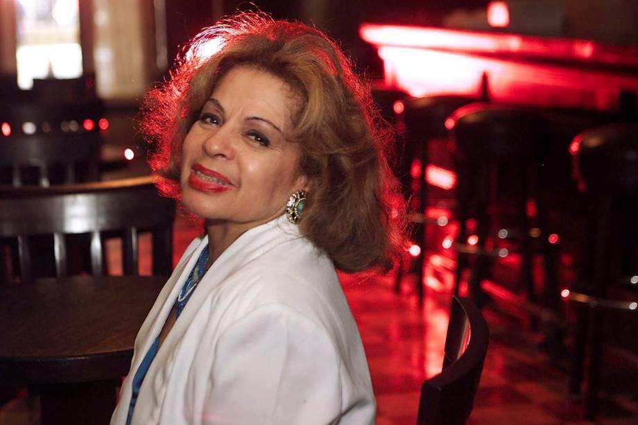 A cantora Ângela Maria posa no bar Brahma em São Paulo - 15/10/2003