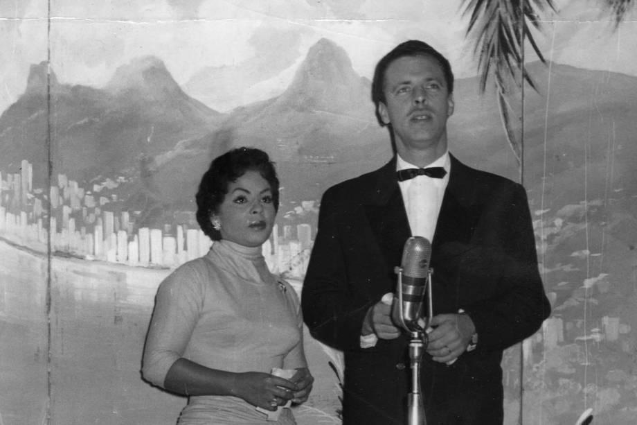 A cantora Ângela Maria posa ao lado de Walter Forster, ator e diretor de rádio, televisão e cinema - 1956