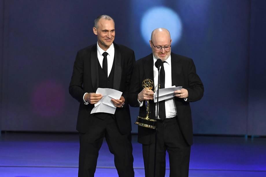 Joel Fields e Joe Weisberg vencem na categoria de Melhor roteiro de série dramática, durante o Emmy Awards - 17/09/2018