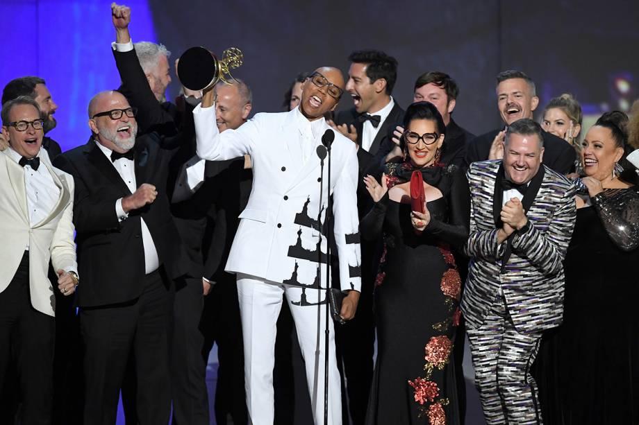 RuPaul (centro) e elenco sobem no palco para receberem o prêmio de melhor reality show pelo programa 'RuPaul's Drag Race´, durante o Emmy Awards - 17/09/2018