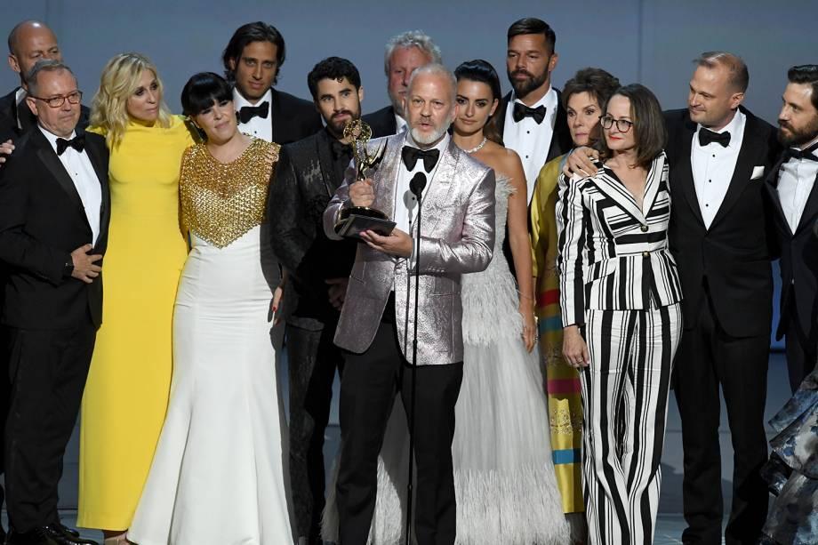Ryan Murphy (centro) e elenco sobem ao palco para receber o prêmio de Melhor minissérie pelo trabalho em ´American Crime Story´- 17/09/2018